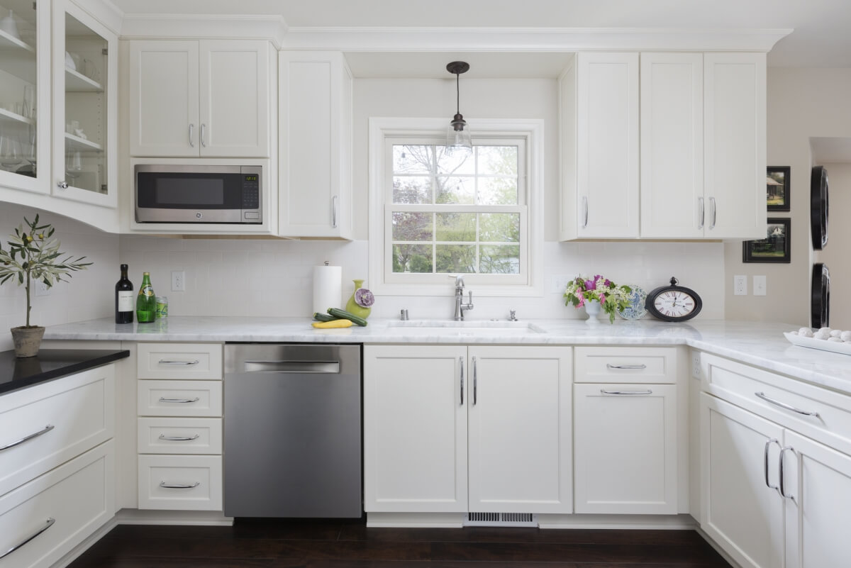 Kitchen design by Gwen Adair of Cabinet Supreme by Adair featuring Dura Supreme Cabinetry in a kitchen Clean-Up Zone. Kitchen photographed by Ryan Hainey.