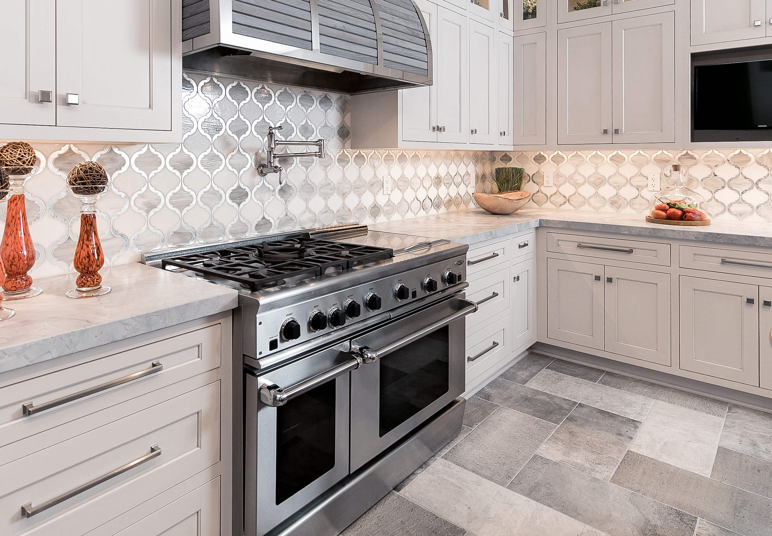 Dura Supreme kitchen featuring a range with dual ovens. Design by Mariotti Building Products, Pennsylvania. Photography by Danielle Coons.