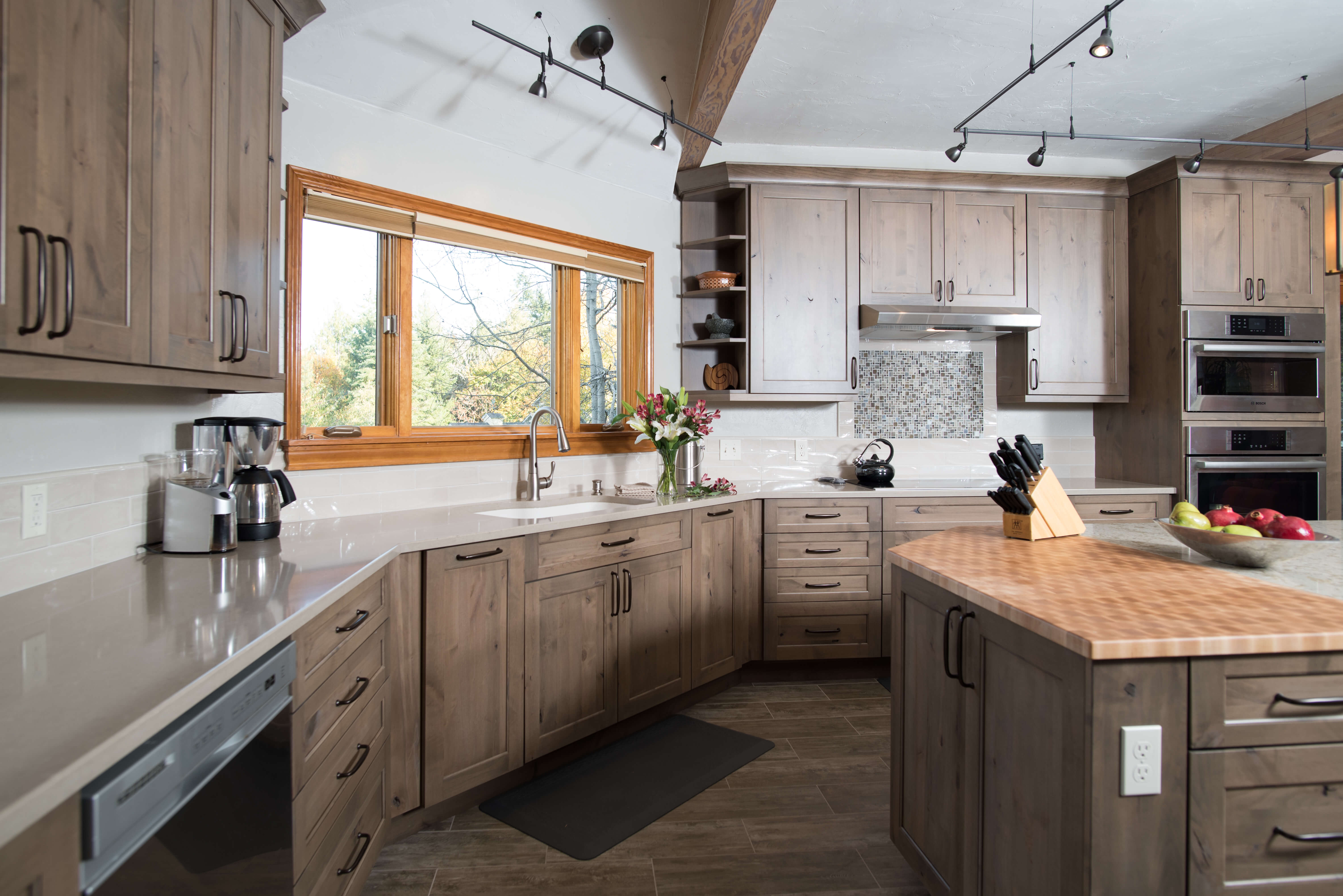 Dura Supreme's Highland door style in Knotty Alder with Cashew low sheen stain. Design by Molly McCabe – A Kitchen That Works, Seattle, WA